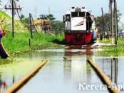 KA Logawa jurusan Banyuwangi-Jogjakarta, berjalan pelan di samping tanggul Lapindo